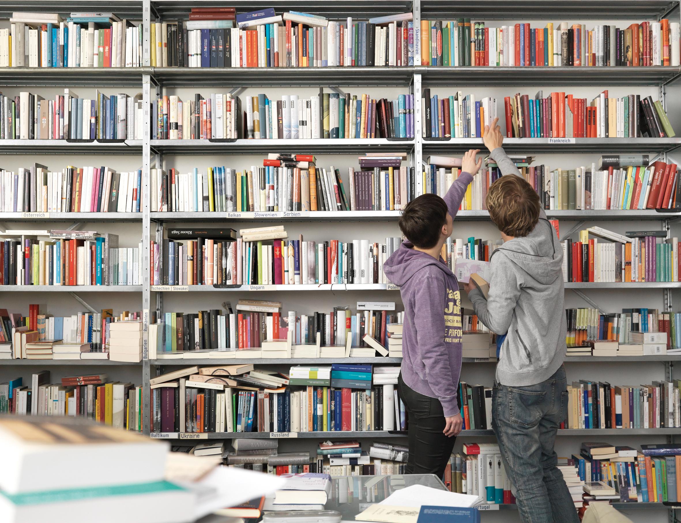 Könyvespolcon található szabályzatok